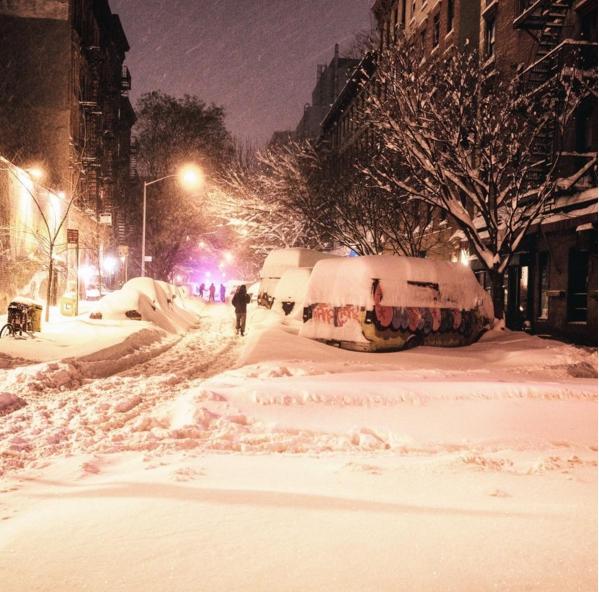 Những chiếc xe phủ tuyết trắng muốt dưới ánh đèn điện ở khu East Village.
