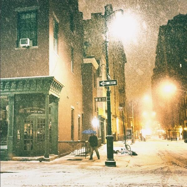 Những bóng người hiếm hoi trên đường phố khiến New York trở nên tĩnh lặng hơn bao giờ hết.