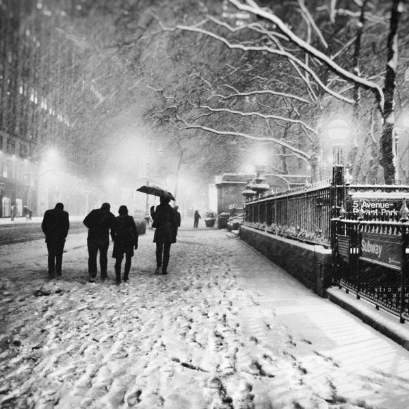 Bức ảnh này được chụp khi tác giả đang trên đường trở về nhà. Gió và tuyết thổi ngược chiều khiến người đi đường