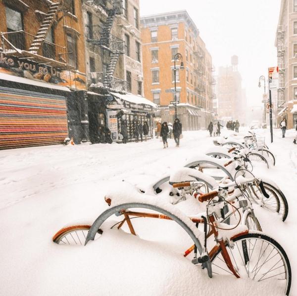 Những chiếc xe đạp ngập nửa bánh trên đường phố