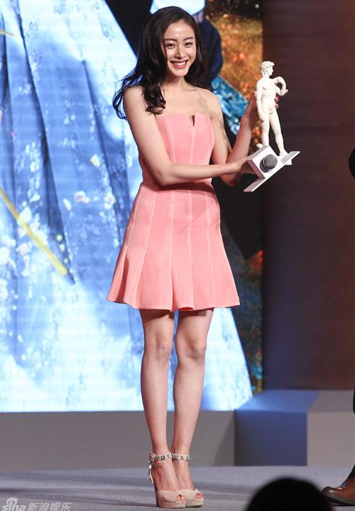 """""""Thái tử phi"""" Trương Thiên Ái nhận giải """"Nam tính nhất năm"""". Cô chia sẻ mình   không dám xem kết thúc trên mạng vì biết chắc sẽ khóc."""