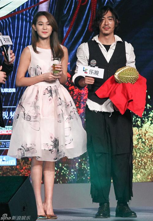 """""""Lục Li"""" Hải Linh và """"Triệu Vương"""" Giang Kỳ Lâm được trao tặng giải """"Cặp xứng   đôi nhất"""" với phần thưởng là một quả sầu riêng và ly trà xuân. Cô nàng Lục Li chia   sẻ mình mới là người hạnh phúc nhất phim vì bên cạnh có Triệu Vương, Cường   công công và cả Bồng ca."""