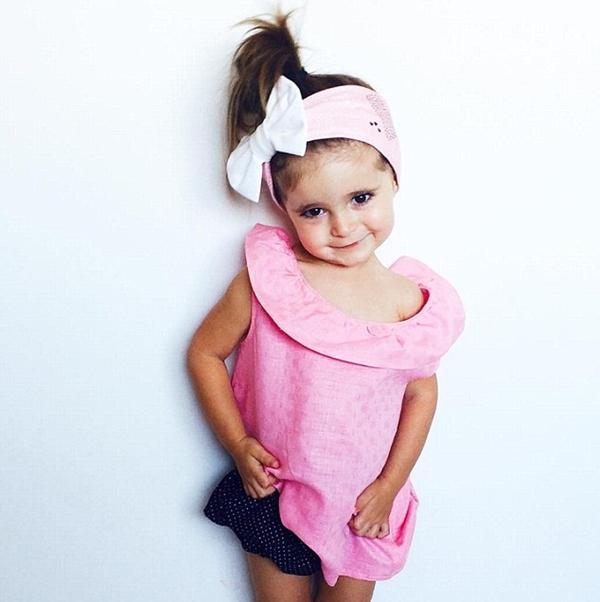 Hayley Berlingeri, mẹ của bé Valentina ban đầu lập một tài khoản Instagram cho cô bé - lúc đó mới 1 tuổi - và đăng ảnh cá nhân của con gái mình. Nhờ vẻ mặt đáng yêu và biểu cảm duyên dáng, cô bé nhanh chóng thu hút người hâm mộ trên mạng xã hội này.