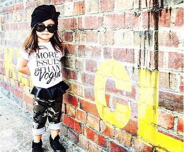 Khi tài khoản Instagram của cô bé đạt mốc 1.000 người theo dõi, nhiều nhãn hàng bắt đầu để ý đến thiên thần nhỏ này và ngỏ lời muốn tài trợ quần áo cho cô bé.