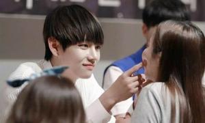 Những màn đụng chạm của idol Hàn và fan nữ khi ký tặng