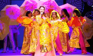 Minh Hằng thay 3 bộ đồ 'nhanh như chớp' trên sân khấu