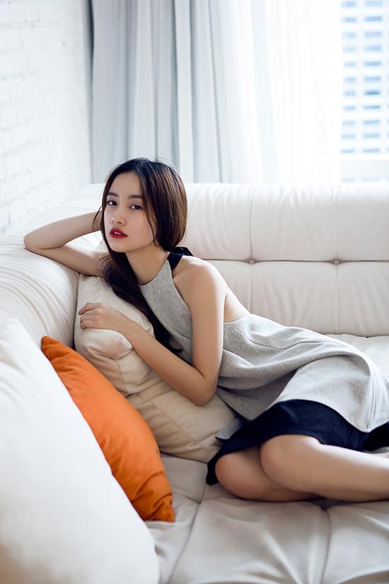 Mới đây nhất Jun Vũ đã hóa thân trong hình tượng chững chạc hơn, duyên dáng hơn nhưng vẫn không mất đi sự trong trẻo vốn có của mình. Dưới ống kính của nhiếp ảnh gia Luciola và thực hiện trong một khách sạn sang trọng tại Thái Lan, cô nàng dường như đang thể hiện một góc khuất của tâm hồn mình, ngại ngùng trong một buổi sáng đẹp trời tại thủ đô Bangkok.