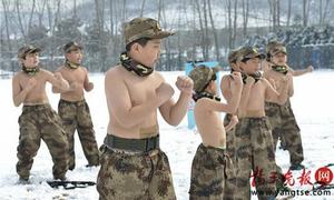 Đoàn quân nhí cởi trần tập luyện trong băng tuyết ở Trung Quốc