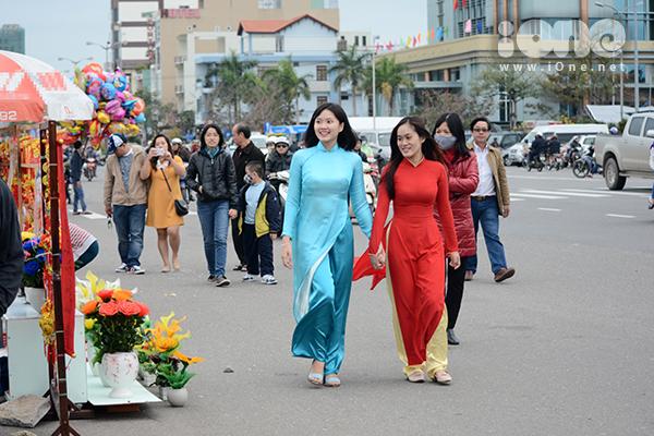 Trên những con đường, góc phố ở Đà thành, dáng vẻ thướt tha của các bạn nữ sinh nổi bật lên