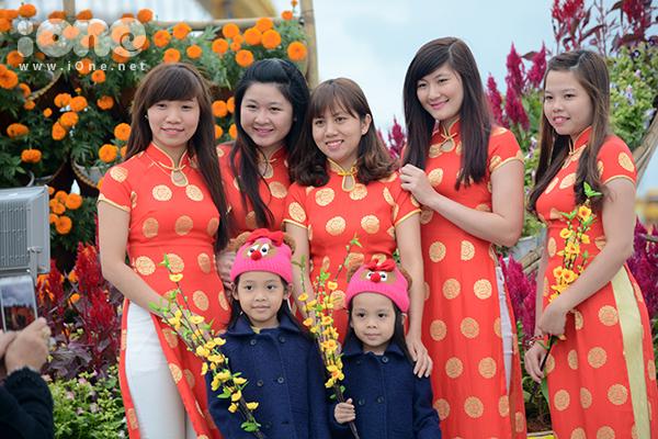 Nhóm bạn này nổi bật trong tà áo dài hoa chấm bi ở đường hoa cạnh sông Hàn.