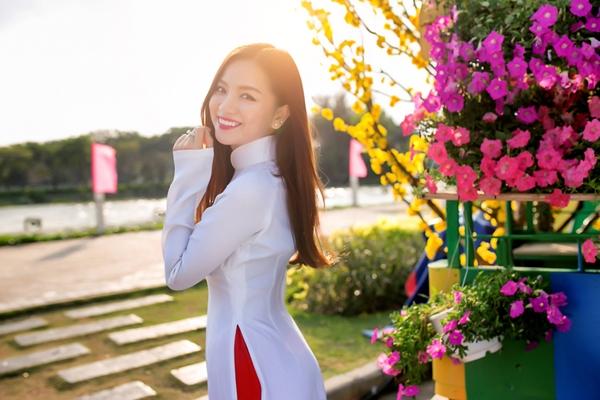 Ngôi sao thời trang Lê Hạ Anh  đang háo hức để chờ đón một năm mới trọn vẹn, may mắn và thành công. Hạ Anh vừa thực hiện bộ ảnh đón xuân trong tà áo dài trắng nổi bật khoe hết vẻ đẹp dịu dàng tinh khôi của thiếu nữ việt.