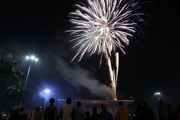 Người dân Quảng Trị xem pháo hoa.
