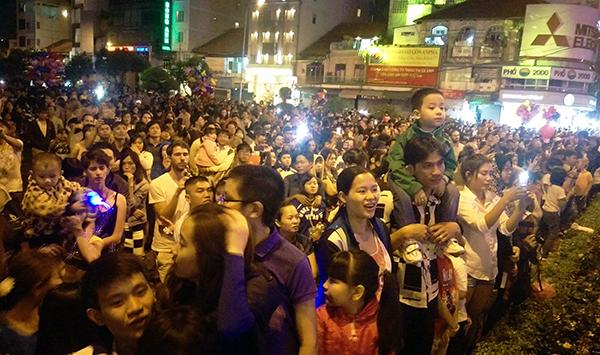 Người dân nô nức xem pháo hoa rực sáng thời khắc giao thừa ở TP HCM