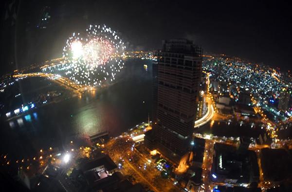 Pháo hoa nhìn từ tòa nhà 68 tầng ở TP HCM