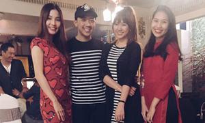 Trấn Thành, Hari Won mặc đồ đôi đi chúc Tết với bạn bè