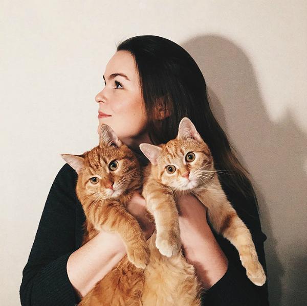 Cặp mèo cưng bên người chủ đã cưu mang mình từ khi mới lọt lòng.