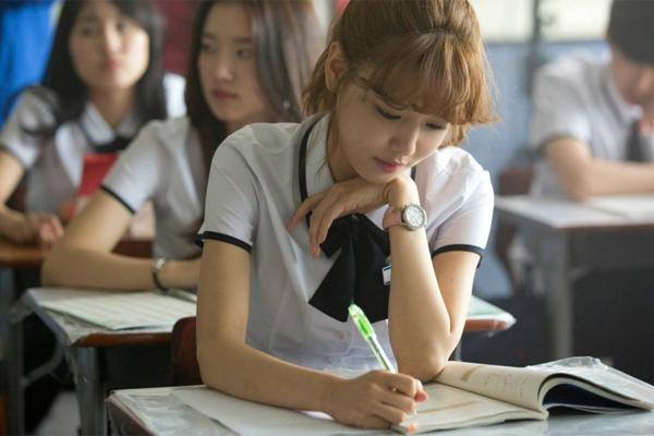 loat-dong-phuc-nu-sinh-dep-chat-cua-than-tuong-kpop-9