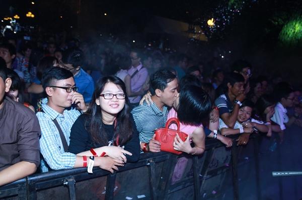 Cùng xác lập kỷ lục hôn Bằng cách khuyến khích và tạo môi trường để tạo nên một kỷ lục đông người cùng hôn nhau nhất Việt Nam, Lovapalooza mong muốn tạo nên một tiền đề để những người đang yêu, mong muốn được y bằng cách khuyến khích và tạo môi trường để tạo nên một kỷ lục đông người cùng hôn nhau nhất Việt Nam, Lovapalooza mong muốn tạo nên một tiền đề để những người đang yêu, mong muốn được yêu mạnh dạn bày tỏ cảm xúc của mình một cách lành mạnh và tinh tế nhất. Lần đầu tiên tại Việt Nam tại sự kiện Lovapalooza cùng với hàng ngàn cặp đôi khác sẽ cùng xác lập kỷ lục nhiều người hôn nhau cùng 1 lúc nhất mùa Valentine này. Kỷ lục Dám yêu  dám hôn sẽ đem đến cho các bạn không khí bùng nổ ngập tràn cảm xúc lãng mạn thăng hoa.