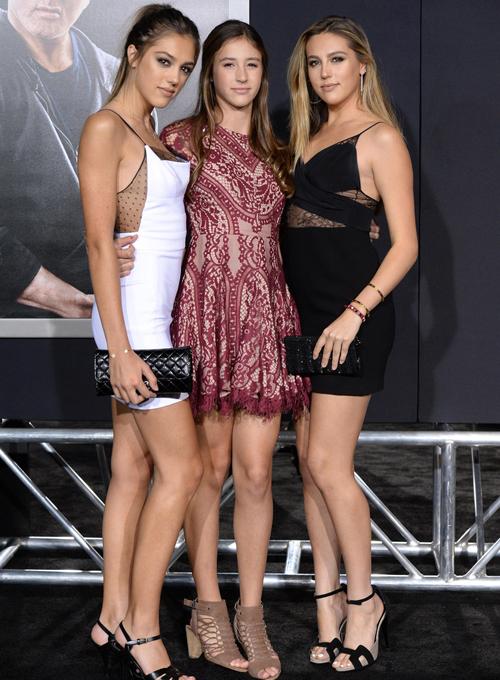 Sophia Rose (1996), Sistine Rose (1998) và Scarlet Rose (2002) là ba nàng công   chúa của Sylvester Stallone và Jennifer Flavin - cựu người mẫu và hiện là doanh   nhân.
