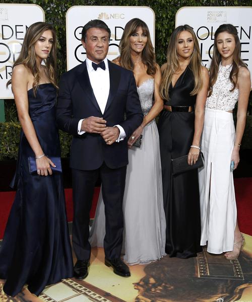 Tài tử Sylvester Stallone khiến nhiều chàng trai mơ ước được làm con rể khi có đến   ba cô con gái xinh đẹp như hoa.