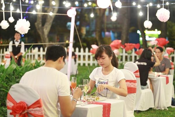 Tham dự sự kiện, các cặp đôi còn có cơ hội hẹn hò bằng bữa ăn tối lãng mạn trong một không