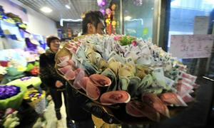 Mốt tặng hoa quấn bằng tiền của giới trẻ Trung Quốc