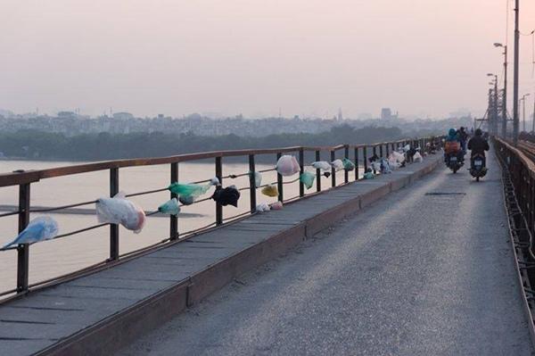 Những bao nilon mắc đầy thành cầu Long Biên gây mất thẩm mỹ. Ảnh: Phạm Dũng/Vietnam Streetlife Photography.