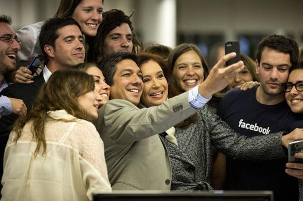 Tổng thống Argentina Cristina Fernández tham quan văn phòng Facebook tại Buenos Aires và vui vẻ chụp ảnh cùng nhân viên.