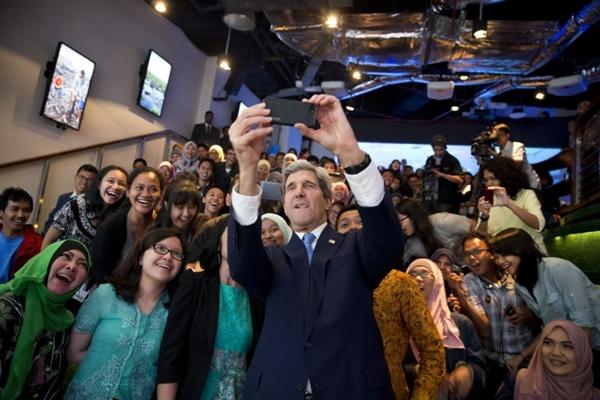 Ngoại trưởng Mỹ John Kerry chụp ảnh tự sướng với các sinh viên Indonesia tháng 2.2014.