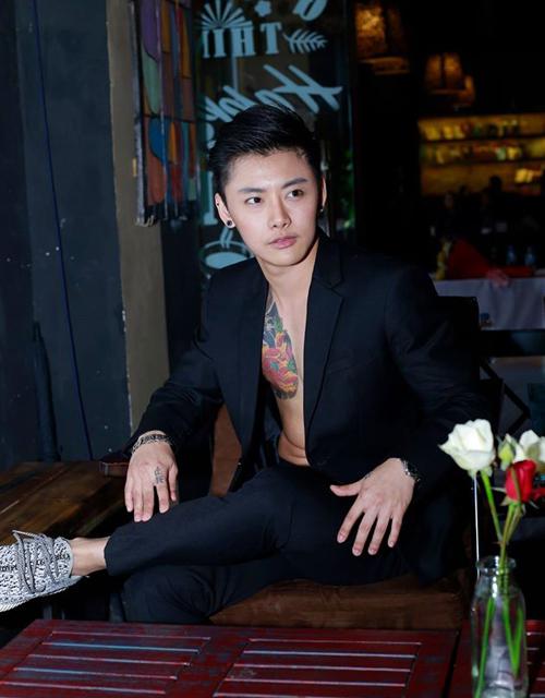 """Chiều 19/2, thần tượng chuyển giới Thái Lan Jyb có mặt ở Hà Nội để tham dự buổi   giao lưu với cộng đồng LGBT Việt trong sự kiện công bố dự án Cầu Vồng Hạnh   Phúc. Đây là lần thứ hai Jyb đến Việt Nam, lần đầu tiên là chuyến thăm TP HCM, ấn   tượng về Việt Nam của Jyb là """"có quá nhiều xe máy""""."""