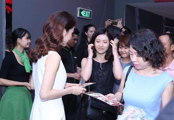 Rất đông khán giả đã ở lại để chờ chụp ảnh lưu niệm cùng nàng Linh San xinh đẹp.