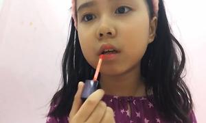 Cô nhóc Việt 10 tuổi dạy làm đẹp như người lớn
