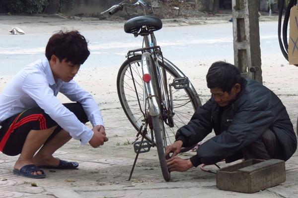 Nhóm bạn trẻ xây dựng tình huống giả hết tiền để thử lòng cụ già. Ảnh: NVCC.