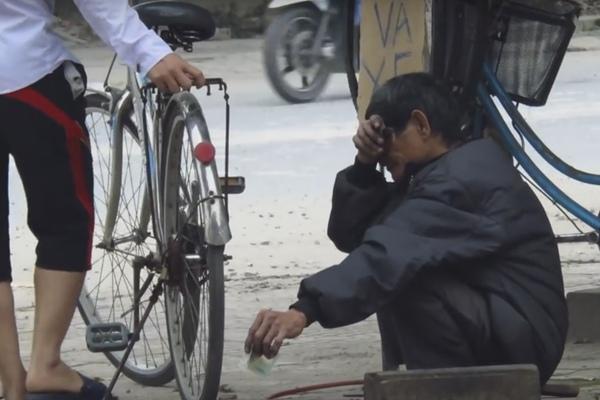 Cụ già quệt nước mắt sau khi nhận tiền biếu từ cậu bạn.