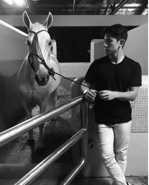 Mateen bên con ngựa mình yêu thích.