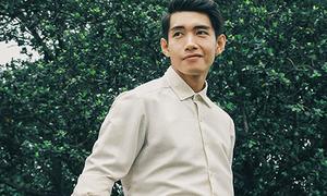 Quang Đăng diện sơ mi trắng, khoe nụ cười 'soái ca' trên phố cổ Hà Nội