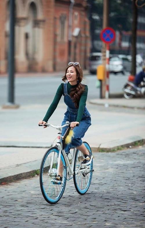 """Đông Nhi """"diễn sâu"""" với màn tập thể dục với xe đạp trên phố."""