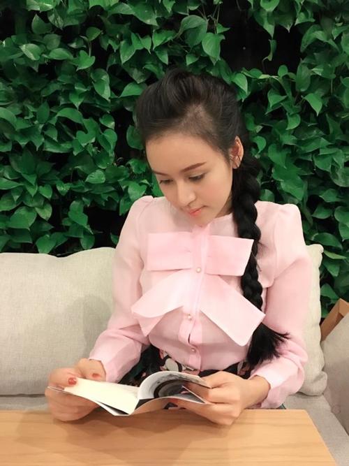 Huyền Anh nữ tính với áo hồng