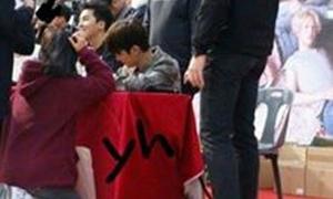Thành viên nhóm Winner ghi điểm vì quỳ gối ký tên cho fan