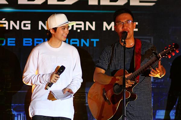 Song song với việc phượt qua các tỉnh, Gil Lê còn đảm nhận vai trò MC cho các đêm nhạc ở mỗi điểm điến.