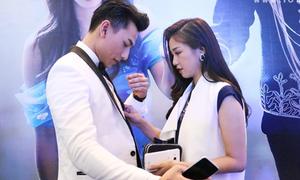 'Lọ Lem' Sa Lim tình tứ chỉnh sửa trang phục cho 'hoàng tử' Isaac