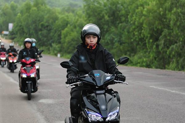 Gil Lê vừa tham gia tour xuyên Việt cùng nhiều nghệ sĩ và các bạn trẻ. Kéo dài qua nhiều tỉnh miền Trung, tour xuyên Việt