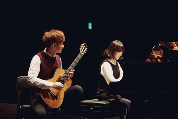 Cả hai đều có tài năng âm nhạc tuyệt vời, từng giành nhiều giải thưởng lớn nhỏ trong   các cuộc thi đàn solo.