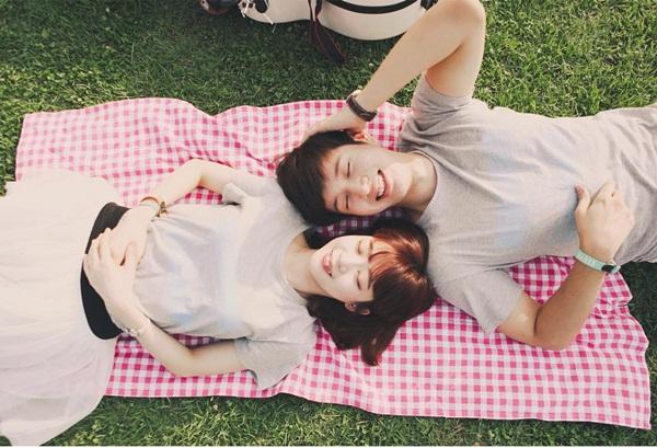 Cặp đôi thường xuyên chia sẻ những khoảnh khắc ngọt ngào bên nhau, hẹn hò hay   đi du lịch. Mỗi bức ảnh đều tràn đầy cảm xúc tình yêu có thể khiến các FA phải   hâm mộ, ghen tỵ.