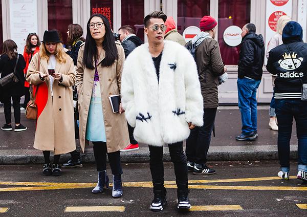Stylist Travis Nguyễn chụp street style bên lề Paris Fashion Week.