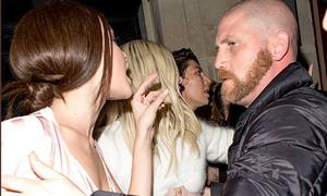 Kendall Jenner suýt xô xát với paparazzi vì bị áp sát