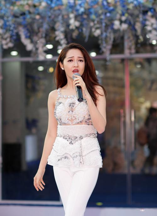 """Bảo Anh và Uyên Linh là hai khách mời đặc biệt trong ngày hội """"Hoa lan tỏa sắc"""" diễn ra ngày 6/3 tại khu vực hồ Bán Nguyệt, TP HCM."""