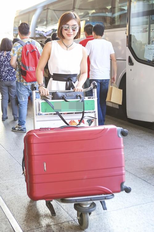 Diện trang phục khá đơn giản, Tiêu Châu Như Quỳnh vẫn thu hút sự chú ý. Giọng ca 9x chia sẻ, cô không có quá nhiều đồ hiệu vì tiền kiếm được để dành đầu tư cho âm nhạc. Song những trang phục cô mặc đều được lựa chọn kỹ càng và rất tiện dụng khi di chuyển.