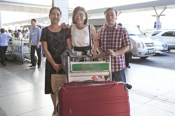 Mới đây, cả bố và mẹ Tiêu Châu Như Quỳnh ra tận sân bay để tiễn con gái sang Mỹ lưu diễn. Tiêu Châu Như Quỳnh chia sẻ, vì chưa có bạn trai nên bố mẹ là những người gần gũi cô nhất ở hiện tại và luôn kề cận trong đời sống hàng ngày.