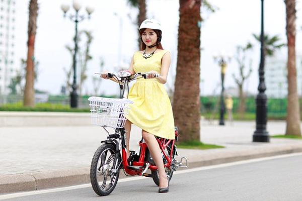 Tương tự với xe đạp, các bạn nữ thích mặc váy đi xe đạp điện cũng nên chú ý độ   dài váy phù hợp, sự thoải mái và thuận tiện khi cử động, mặc thêm quần short an   toàn bên trong.